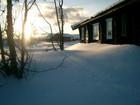Laftehytte vinterstid omgitt av snø