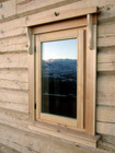 Tradisjonell vindu av norsk laftehytte