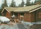 Siste fasen av montering av stavlaft hytte