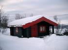 Stavlaft anneks i vinter utformet i svart og rød farge