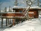 Tors stavlaft hytte har terrasse på søyler