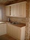 Kjøkkenets møbler laget av Baltaz og arrangert i laftehytte