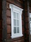 Vegg og vinduet av laftehytte