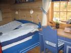 Soverom i Kvilstoga laftehytte i blå farge
