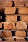 Laftehytte vegger produsert fra tommer av langsomtvoksende furu