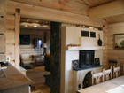Interiør av Bitihorn laftehytte - kjøkken og stue
