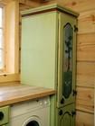 Møbler til laftehytte - kjøkkenskapet med individuelt designede dører