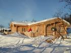 Fasade av vakre Bygdin laftehytte omgitt av snø (3)