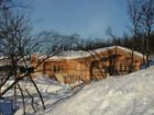 Fasade av vakre Bygdin laftehytte omgitt av snø (4)