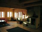Solstrålene skinner i dagligstue i Bygdin laftehytte