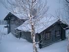 Vakre Holmen laftehytte ferdig bygget og dekket med snø